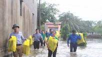 Tỉnh đoàn trao 60 suất quà cho người dân vùng lũ Quỳnh Lưu