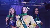 Hà Thu đoạt huy chương vàng phần thi 'Trang phục dạo biển' ở Miss Earth