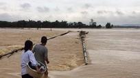 Hãi hùng người dân mạo hiểm vượt nước lũ
