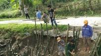 Cả làng góp tre kè đường, chống sạt lở