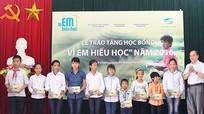 Trao 1.110 suất học bổng cho học sinh nghèo, vượt khó tại Nghệ An