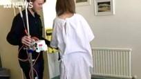 Cô gái bị liệt thần kinh do hít 360 'bóng cười' trong một tuần