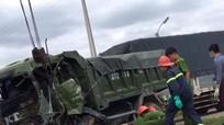 Đâm vào xe tải nổ lốp, tài xế tử vong trong cabin