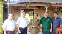 Trao tiền hỗ trợ gia đình cựu chiến binh sửa nhà bị sập do mưa bão