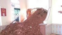 Sạt lở núi, đất đá tràn vào ngập nhà dân ở Nam Đàn