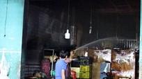 Lửa thiêu rụi ki ốt bán hàng, gia đình 4 người kẹt trong đám cháy