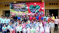 Hơn 300 suất quà về với học sinh nghèo Quế Phong
