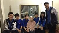 Học sinh trường Phan tặng quà tri ân 14 Mẹ Việt Nam Anh hùng