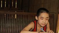 Rơi nước mắt với ước muốn 'được nhìn thấy bố mẹ' của cậu bé người Thái