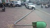 Xe Audi 4 chỗ húc đổ cột đèn trúng người đi bộ trên phố