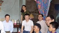 Văn Quyến tặng quà cho hộ giáo dân nghèo