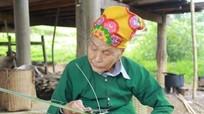 Cụ bà 102 tuổi vẫn đan lát, lên rừng lấy củi