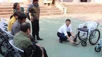 Trao xe lăn và bò cho người khuyết tật, trẻ mồ côi Tương Dương