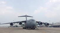 Máy bay vận tải chở hàng hóa của đoàn Tổng thống Trump đến Hà Nội