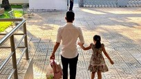 Loạt ảnh Công Vinh dắt con rời trường học khiến fan ngưỡng mộ