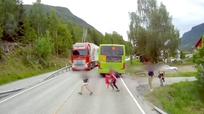 Pha thoát chết hy hữu trước đầu xe tải của nhóm học sinh