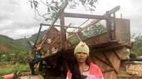 Cảm động hình ảnh bà mẹ cho con bú trong cảnh tan hoang sau bão 12