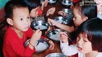 Phụ huynh bức xúc vì 'bữa ăn đạm bạc' chỉ có miến luộc của trẻ mầm non