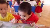 Phụ huynh góp gà, góp rau nấu cháo cho trẻ