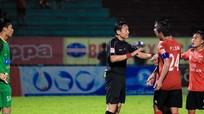 Sân cỏ Việt Nam: Trọng tài, vừa yếu lại vừa thiếu
