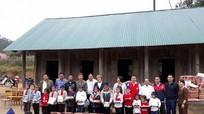 Nhiều phần quà từ Hà Nội đến với học sinh trường tiểu học 'nhiều không'