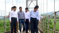 Bí thư Trung ương Đảng Phan Đình Trạc kiểm tra thực trạng cầu treo Chôm Lôm