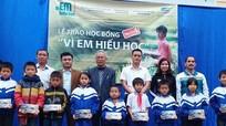 Trao 10 suất học bổng 'Vì em hiếu học' cho học sinh nghèo Quỳ Hợp
