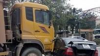 Xe tải tải đâm xế hộp móp sườn, đẩy đi 30m
