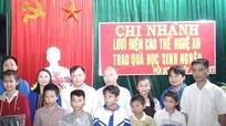 Trao quà trị giá 20 triệu đồng cho trường THCS Hội Sơn