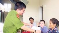 Thăm hỏi các gia đình có nạn nhân tử vong do tai nạn giao thông ở Diễn Châu