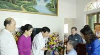 Chủ tịch UBND tỉnh Nguyễn Xuân Đường chúc mừng các nhà giáo tiêu biểu