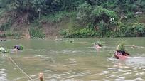Bộ đội cởi trần huấn luyện vượt sông ngày rét