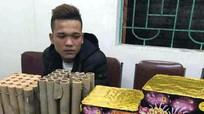 Nam thanh niên bị bắt khi mua pháo về bán lẻ