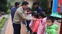 """Trao tặng """"Áo ấm mùa đông"""" cho học sinh nghèo"""