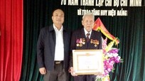 Trao tặng Huy hiệu 70 tuổi Đảng cho đảng viên lão thành