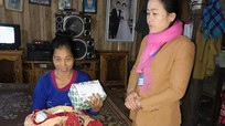 Hỗ trợ nhiều quà cháu bé bị bỏ rơi ở Quế Phong