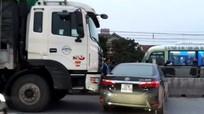 Va chạm với xe tải cùng chiều, xế hộp nằm ngang QL 1A