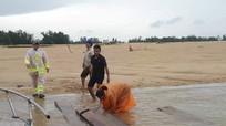 Cảnh sát lặn sông, vớt 20 phách gỗ lâm tặc bỏ lại