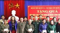 Bệnh viện Quân y 4 tặng quà cho CCB bị bệnh hiểm nghèo