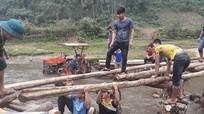 Đoàn viên thanh niên giúp dân bản làm cầu