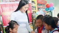 Hoa hậu Ngọc Hân tặng tủ sách cho học sinh Yên Thành (Nghệ An)