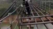 Học sinh bất chấp nguy hiểm ' làm xiếc' trên cầu treo trơ khung