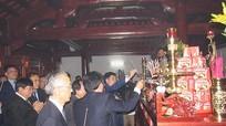 Đồng chí Nguyễn Thế Kỷ dâng hương tưởng niệm chí sỹ yêu nước Phan Bội Châu