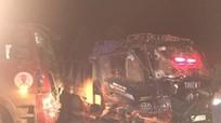 2 xe tải đâm nhau trong đêm tối, tài xế chấn thương nặng