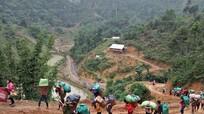 Vượt rừng 'cõng' gạo hỗ trợ bản nghèo người Khơ Mú