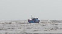 Hàng trăm người ra biển cứu hộ 2 tàu cá mắc cạn