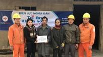 Điện lực Nghĩa Đàn trao quà, sửa chữa hệ thống điện cho hộ nghèo