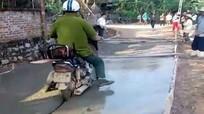 Cộng đồng bức xúc vì người đàn ông đi xe máy vào đường đang đổ bê tông
