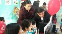 Nguyễn Kim tặng thư viện điện tử cho trường tiểu học ở Thanh Chương