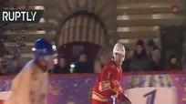 Putin phô diễn kỹ năng khúc côn cầu bên ngoài Điện Kremlin